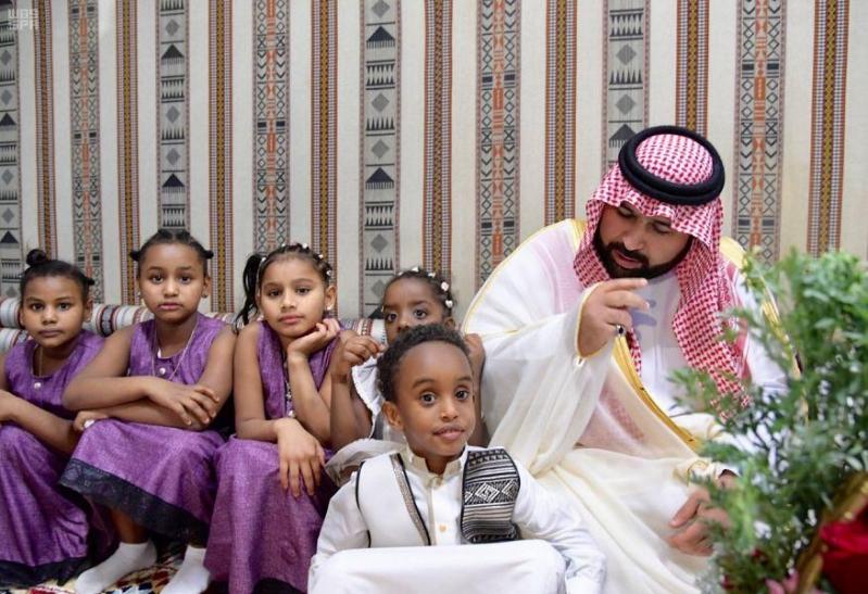 نائب أمير جازان يعايد أطفال دار التربية الاجتماعية بالورود والهدايا