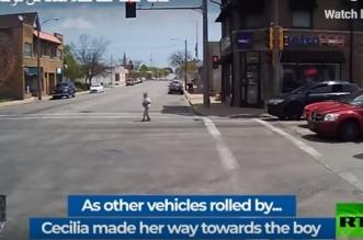 شاهد.. سائقة حافلة تنقذ طفلًا من الموت دهسًا تحت عجلات المركبات - المواطن