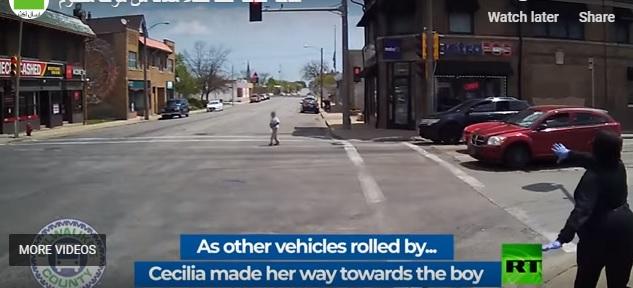 شاهد.. سائقة حافلة تنقذ طفلًا من الموت دهسًا تحت عجلات المركبات