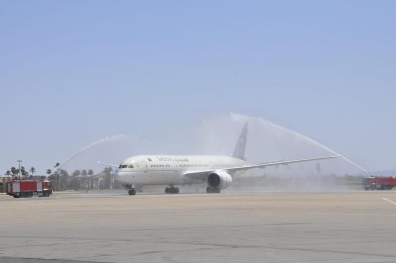 السعودية تحتفل بوصول أولى رحلاتها المنتظمة إلى مراكش بقوس المياه والحلويات