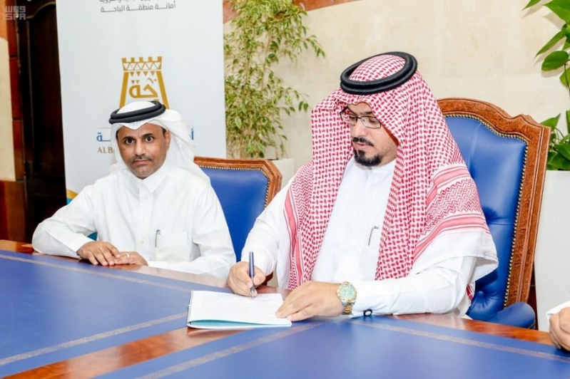 توقيع عقد مشروع سفلتة وأرصفة وإنارة لبلدية العقيق
