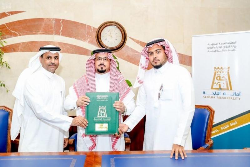 أمين الباحة يوقع عقد مشروع سفلتة وأرصفة وإنارة لبلدية محافظة العقيق