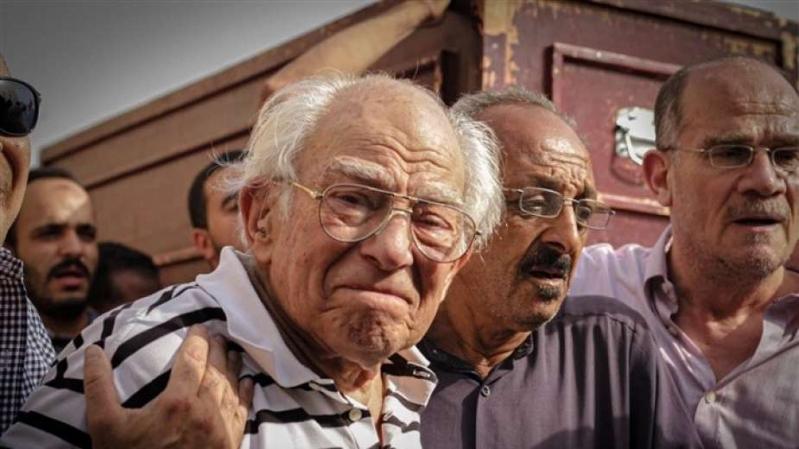 رشوان توفيق يودع زوجته بالدموع بعد 62 عامًا