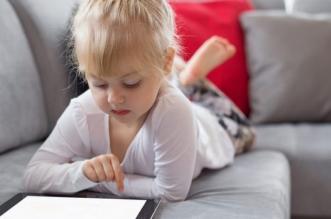 مخاطر جلوس الأطفال أمام الشاشات - المواطن