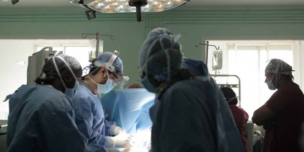 جراحة نادرة تنقذ شابًا تعرض لإصابة رياضية في تبوك