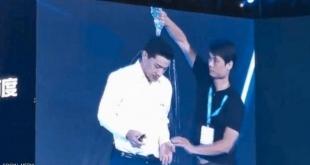 فيديو.. شاب يباغت رئيس شركة صينية بقارورة ماء باردة فوق رأسه
