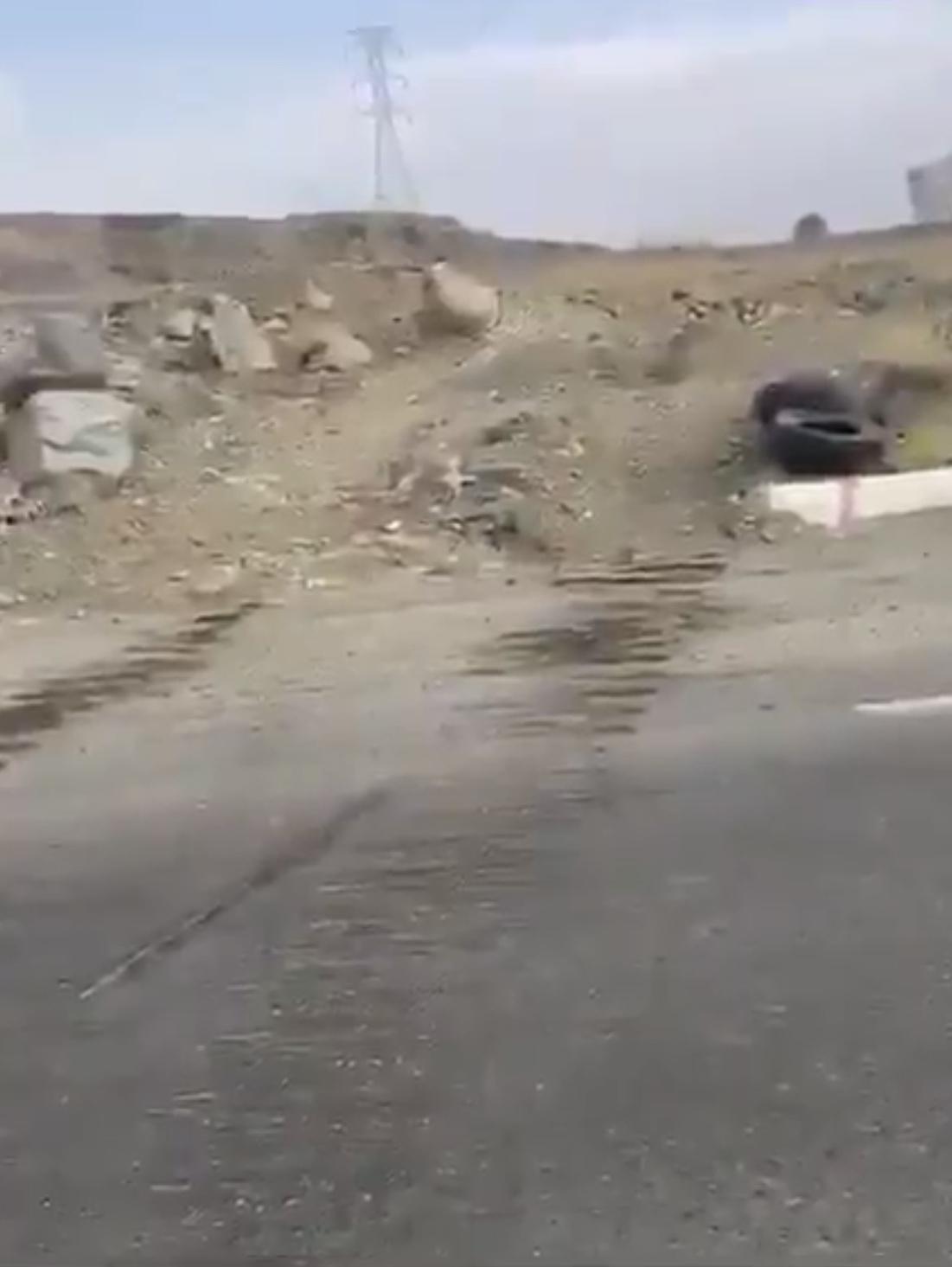 آلية ثقيله تهشم طريق المنسك - المواطن