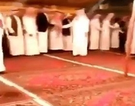 فيديو.. أمير عسير يؤدي واجب العزاء لأسرة صادفها على الطريق - المواطن