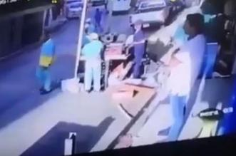 فيديو.. هجوم بالعصي على مراقبي البلدية - المواطن