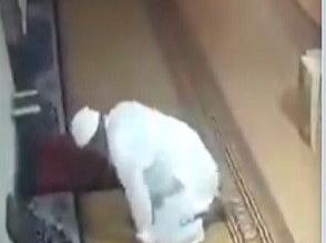 فيديو.. لحظة وفاة رجل أثناء صلاته بالمسجد - المواطن
