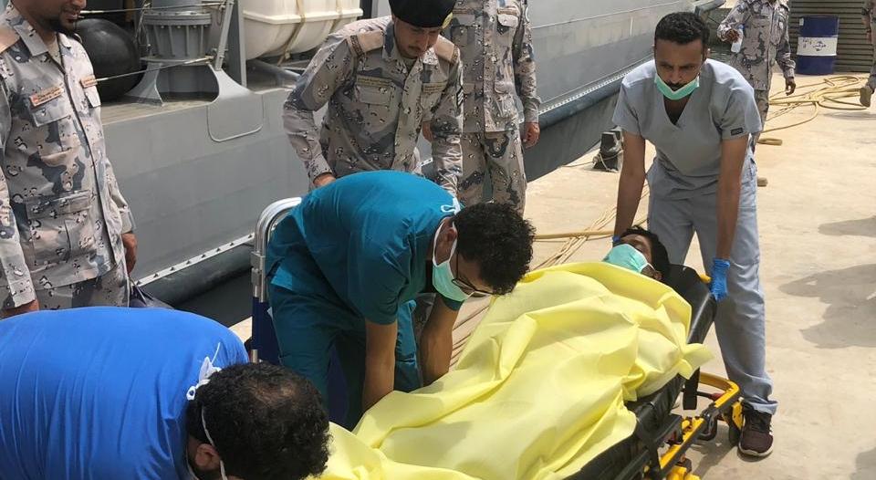 حرس الحدود يخلي مريض من على متن منصة عائمة في البحر الأحمر