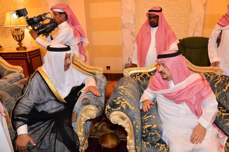أبناء الأمير بندر بن عبدالعزيز يستقبلون المعزين - المواطن