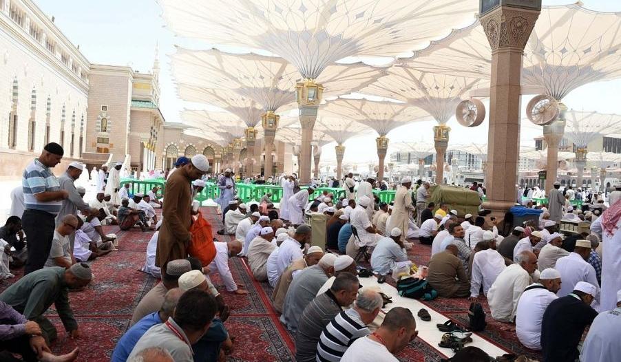 أجواء إيمانية يقضيها الزائر بساحات المسجد النبوي
