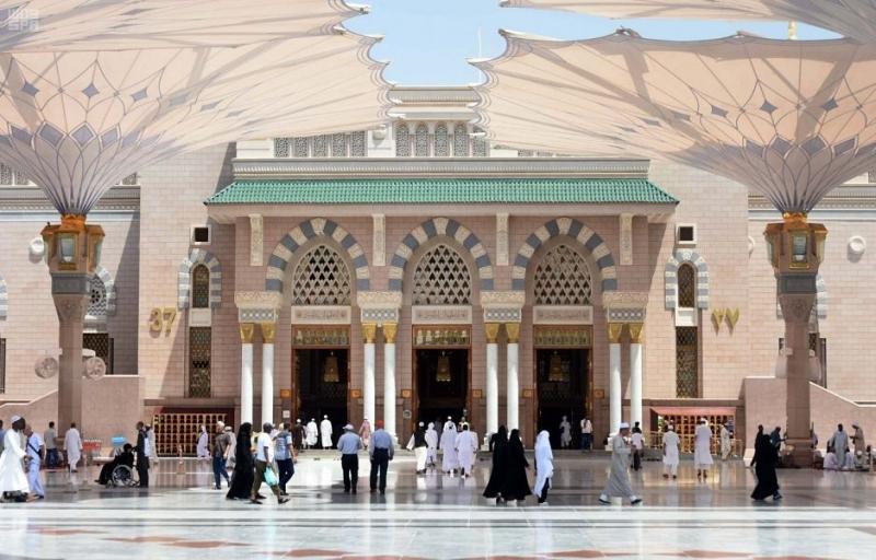 أجواء إيمانية يقضيها الزائر بساحات المسجد النبوي - المواطن