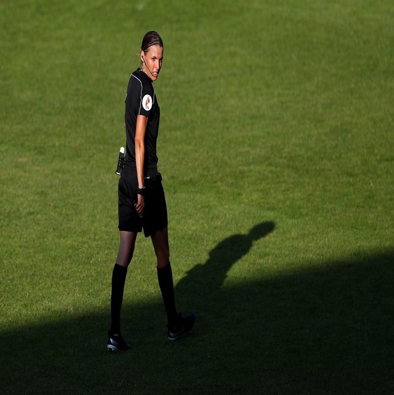 أول امرأة تُدير مباراة السوبر الأوروبي - المواطن