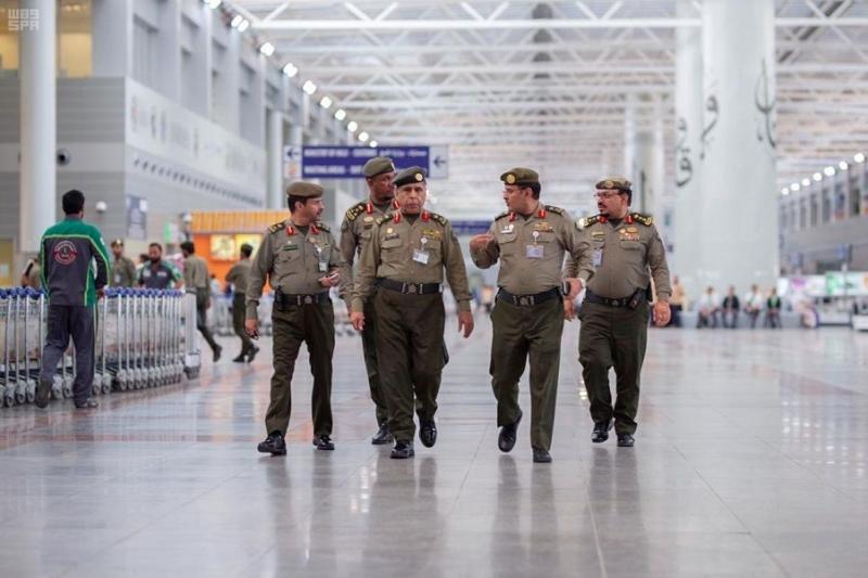 اللواء اليحيى يتابع سير العمل بجوازات مطار الملك عبدالعزيز الدولي بجدة 1