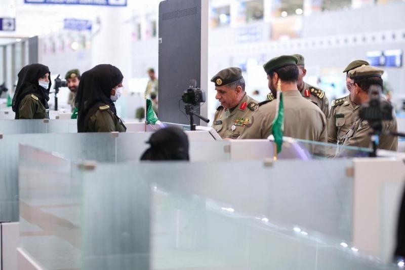 اللواء اليحيى يتابع سير العمل بجوازات مطار الملك عبدالعزيز الدولي بجدة 5