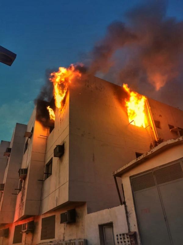 حريق يُخلي بناية تحوي 15 وحدة سكنية في جدة