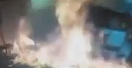 فيديو.. رفض إعطاءها نقودًا فأحرقت سيارته!