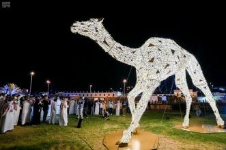 فهد بن جلوي يسدل الستار عن أكبر مجسم للهجن بالعالم - المواطن