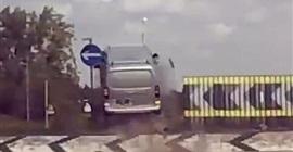 فيديو.. سيارة تطير في الهواء بسبب خطأ السائق! - المواطن