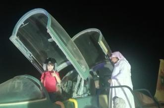 زوار سوق عكاظ يلتقطون الصور التذكارية مع آليات وأبطال القوات المسلحة - المواطن