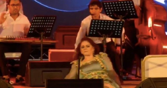 شاهد لحظة سقوط ميادة الحناوي على المسرح
