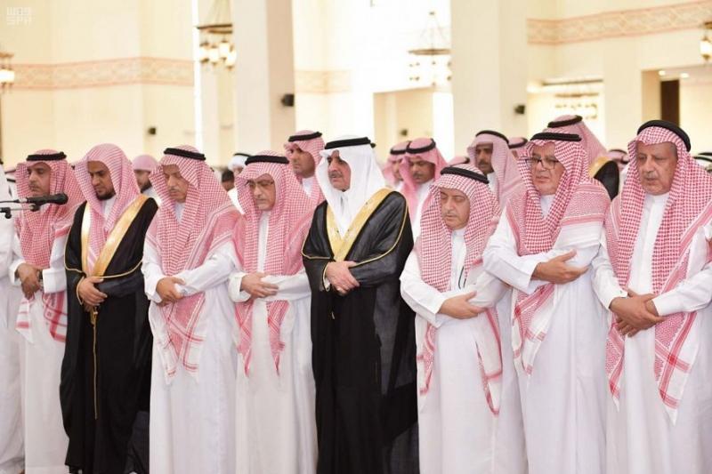 يتقدمهم أمير تبوك.. جموع غفيرة تشيع الشيخ سداد الفاخري - المواطن