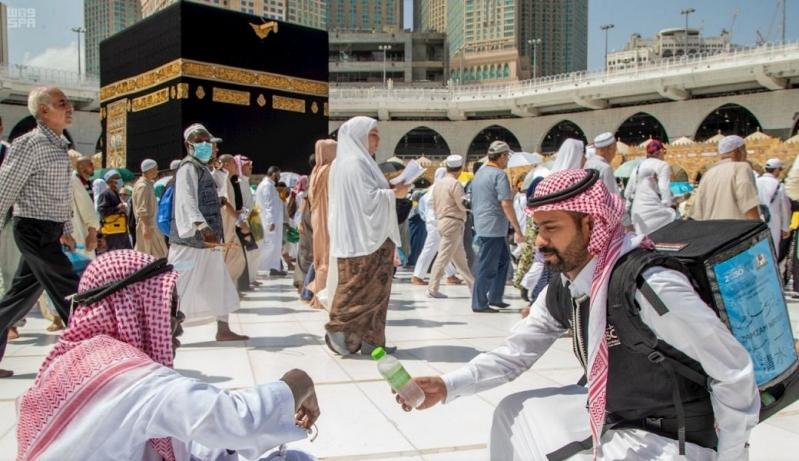 شاهد بالصور.. ضيوف الرحمن يؤدون طواف الوداع تحفهم الرحمة والسكينة