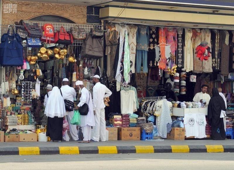 صور.. الحجاج يتسابقون على شراء الهدايا التذكارية من مكة