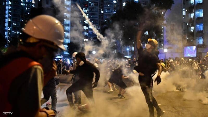 مواجهات في مطار هونغ كونغ وترامب يعلق