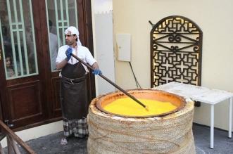 الحلوى البحرينية تستوقف زوار سوق عكاظ برائحتها الزكية - المواطن