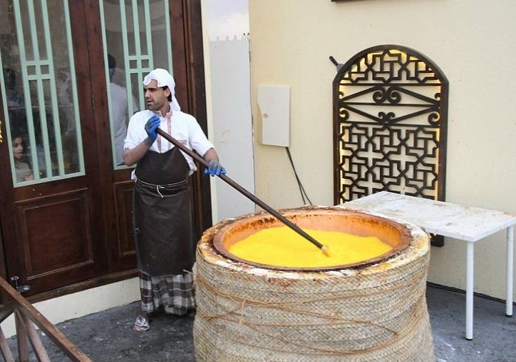 الحلوى البحرينية تستوقف زوار سوق عكاظ برائحتها الزكية