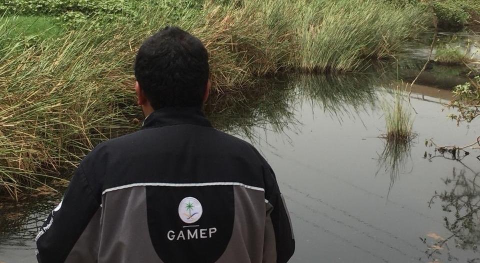 صور .. فريق بيئي يباشر حادث انقلاب ناقلة بترول بارق