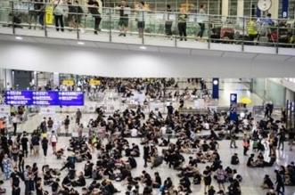 محتجون يعترضون طريق الركاب بمطار هونغ كونغ - المواطن