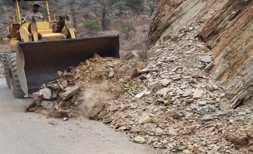 42 بلاغًا عن انهيارات صخرية في رجال ألمع بسبب الأمطار