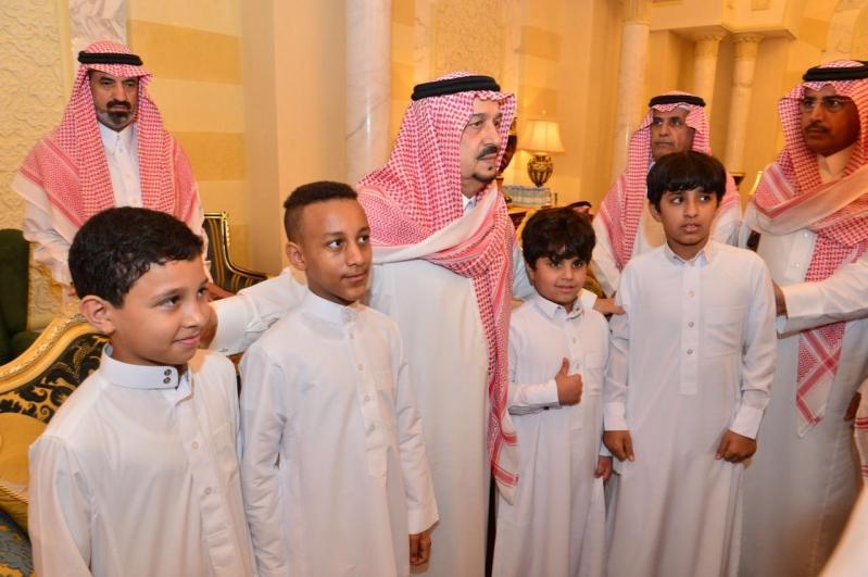 أبناء الأمير بندر بن عبدالعزيز يستقبلون المعزين في وفاة والدهم