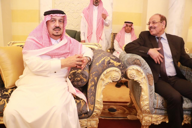 أبناء الأمير بندر بن عبدالعزيز يستقبلون المعزين في وفاة والدهم - المواطن