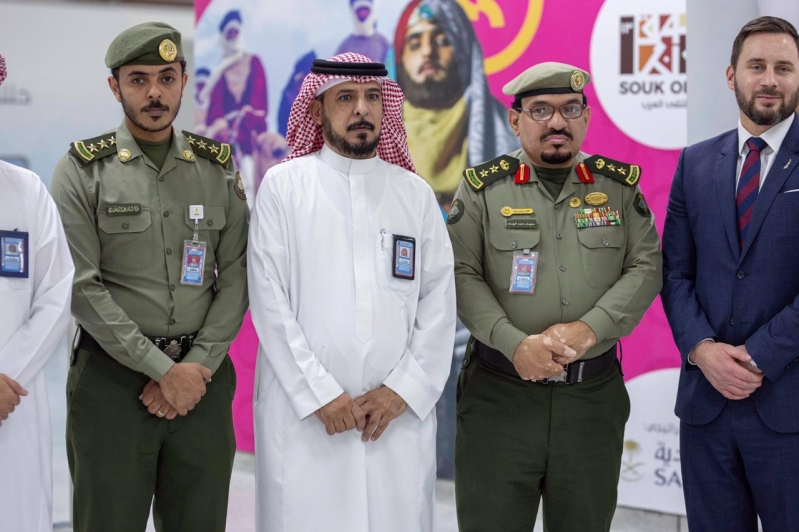 جوازات مطار الملك عبدالعزيز تعايد المسافرين بالهدايا ...