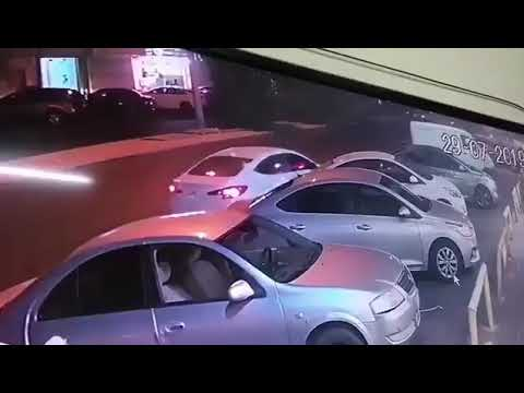 فيديو.. سرقة سیارة تركھا صاحبھا في وضع التشغیل بجدة