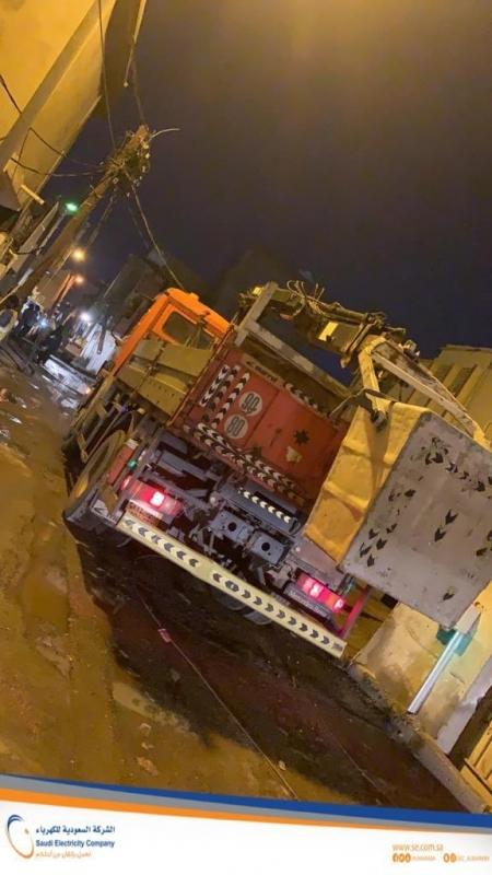 أمطار جازان تقطع الكهرباء وفرق الصيانة تباشر - المواطن