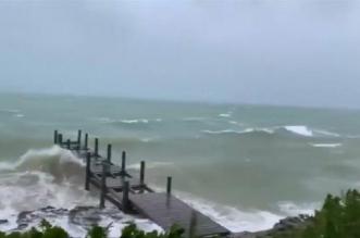 فيديو.. الإعصار دوريان ينتزع أسقف المنازل ويطيح بالسيارات - المواطن