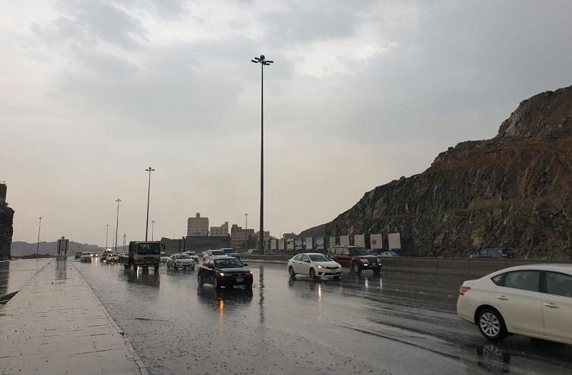 الإنذار المبكر : أمطار مكة متواصلة حتى التاسعة مساء
