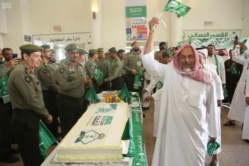 جوازات المدينة المنورة تحتفل بيوم الوطن بالهدايا والحلوى - المواطن