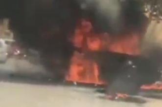فيديو.. شاب ينقذ منزل جيرانه بدفع سيارتهم المحترقة - المواطن