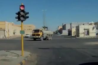 ضبط قائد شاحنة عكس السير وقطع الإشارة في الشمالية 1