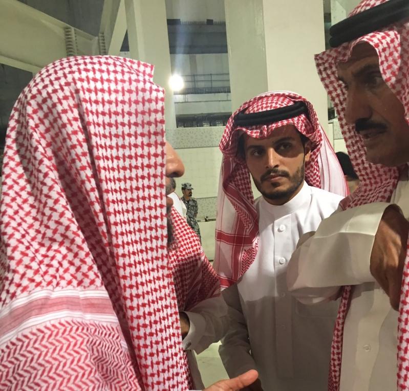 صور.. عضو الشورى مشعل آل علي يشارك في جنازة عبدالعزيز الفغم