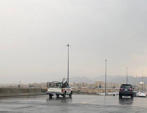 تنبيه لقائدي المركبات من أمطار غزيرة على طريق الطائف – الرياض