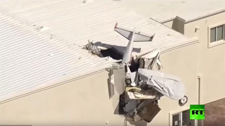 شاهد.. طائرة تتحطم فوق سقف حظيرة