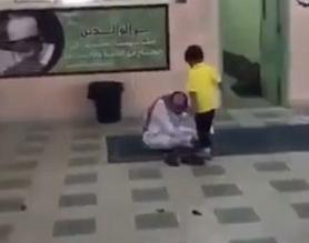 فيديو.. معلم يربط حذاء طالب ابتدائي بمشاعر أبوية - المواطن